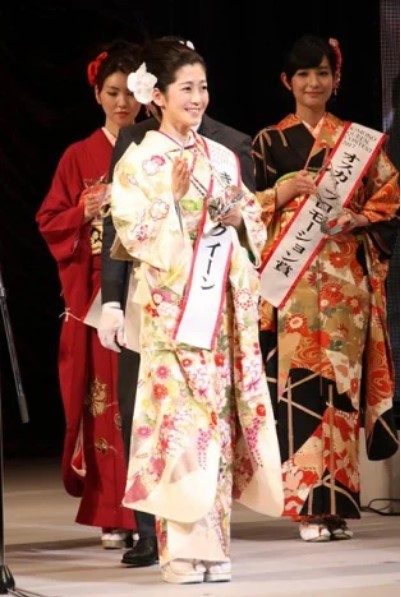 きものクイーンコンテストでグランプリを獲得した姫野美南アナ