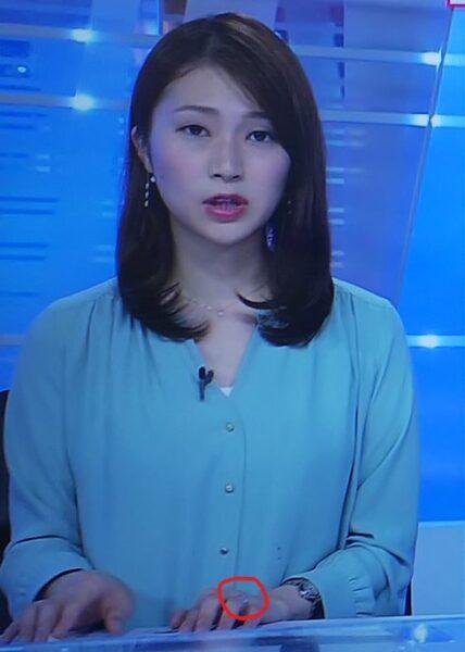 左手の薬指に指輪を着けてBSニュースに出演する岡裕美アナ