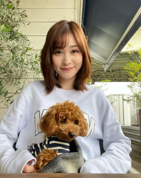 飼い犬のトイプードル「ルイちゃん」と岩田絵里奈アナとのツーショット