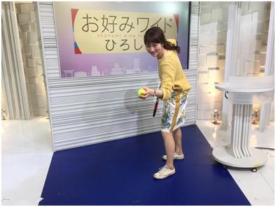 テニスラケットを構える岡裕美アナ