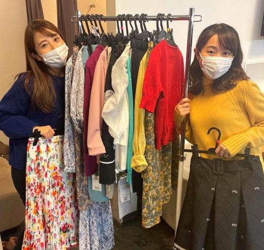 衣装合わせをする日比麻音子アナと若林有子アナ